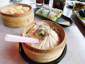 「キング・ダム」(1個9$)ストローでスープを吸いながら食べる巨大小籠包