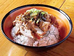 鶏の照り焼き丼 ご飯に刻み海苔をかけて鶏肉をのせ、薬味のネギをパラリ。肉は1人1枚とボリューム満点