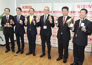 左から石田健志部長、黒川雄司部長、中山太郎支社長、平岡敬規本部長、高宮正幸本部長、杉田雅和支社長