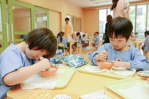 愛知県の野菜摂取量全国ワーストワンの結果を踏まえ、子どもたちに野菜をもっと食べてもらおうと「ごますり体験授業」を実施している