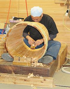 酒樽を作る職人