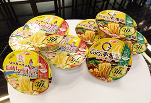 「ロカボデリ CoCo壱番屋監修カレーラーメン 糖質オフ」(右)と「同リンガーハットの長崎ちゃんぽん 糖質オフ」