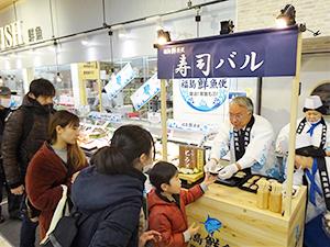 店頭イベントに参加したJF福島漁連の鈴木哲二専務理事(右から2人目)