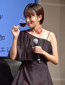 ワインをテイスティングする夏菜