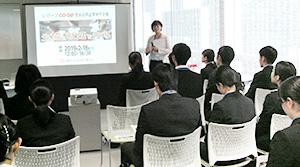 集まった学生に生協の仕組みなどを説明