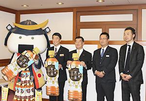 村井嘉浩知事(左)を表敬訪問した岩田義浩社長(左から2人目)ら