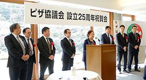 祝賀会であいさつする大河原愛子会長(中央)