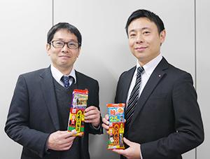 ブランド担当の國井紳一郎販売促進課長(左)と酒井繁氏。特に若返り策に抵抗もありそうだが、欅坂46企画をやり遂げた