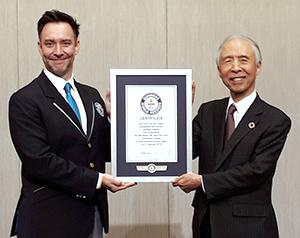 認定証を受け取った雑賀慶二社長(右)とジャスティン・パターソン氏