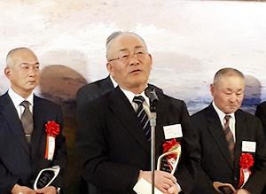 謝辞を述べる最優秀賞の奥山豊氏(中央)