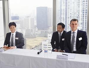 会見で質問に答える納土弘史ラショナル・ジャパン社長(左)とマークス・パーシュマン独ラショナルAG、CSO(右端)