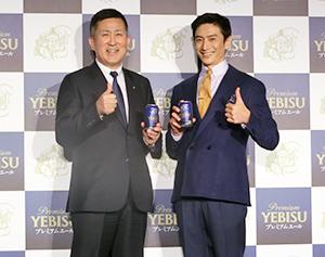 高島英也社長(左)と伊勢谷友介
