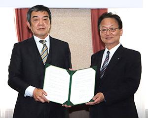 協定書に調印した山崎長宏太陽化学社長(左)と駒田美弘三重大学学長