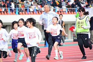 子どもたちと一緒に走る並松誠阪急オアシス社長