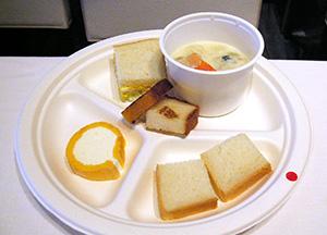 試食用に配られた商品(上から時計回りに金芽食パンを使ったサンドイッチ、フジッリ入りスープ、食パン、キンメッコロール、キンメッコパン)