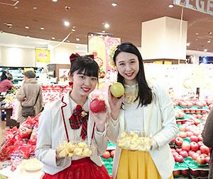 笑顔で弘前リンゴをPRしたりんご娘