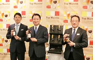 右からキリンビールの高橋正富東京支社長、タップマルシェを挟んで石川彌八郎石川酒造社長と津久浦慶明コンタツ社長