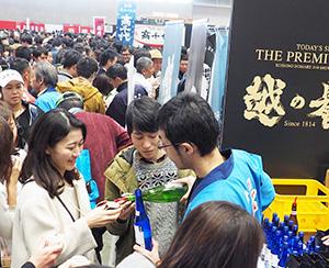 若者の日本酒離れを忘れるほどにぎわう一大イベント。獲得したファンを定着させるかが課題