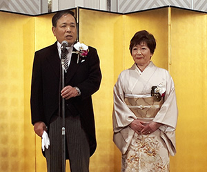 あいさつする川西修会長と順子夫人
