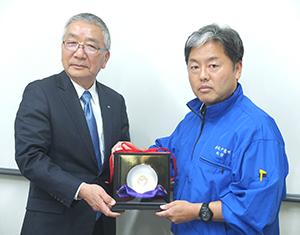 ふたば杯を贈呈する栗栖信也社長と受け取る木村慶太萬味商事社長(右)
