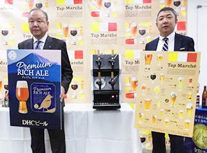 DHCビールの小松靖彦社長(左)とキリンビールの小日向真静岡支社長