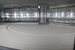 マルコメの子会社で甘酒・米麹を手掛ける「魚沼醸造」が3月に公式オープン。業界最大級の円盤式製麹装置は1周およそ45分、2日で約20tの乾燥米麹を生産する