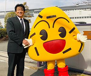 「おにぎり坊や」と握手するぼんちの遠藤純民社長