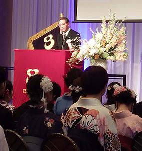 式辞を述べる佐藤浩理事長