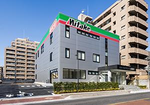 地上3階建ての新社屋は1階に商談スペース、2階に事務所、3階にキッチンスタジオを備える
