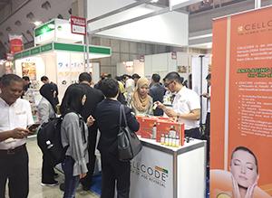 調味料や菓子、飲料などマレーシアの多彩なハラール商品が勢揃いするマレーシアパビリオン=2018年会場