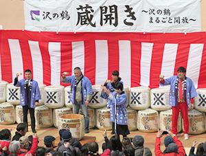 乾杯を行う西村隆社長(ステージ左端)ら