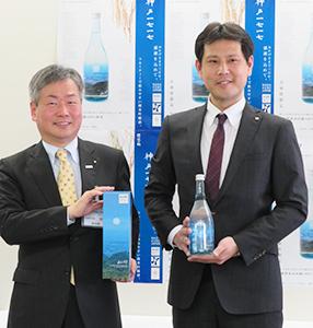 新商品を手にする林芳宏広報戦略部長兼広報官(左)と宮崎紘二マーケティング室次長