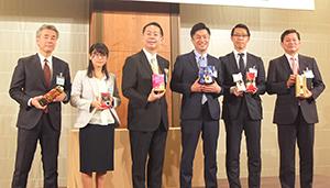 新商品を手に柴田裕社長(左から3人目)と新役員および担当者ら