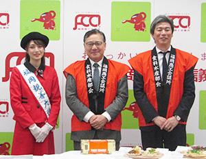 左から福岡親善大使の丸林千紘さん、川端淳食料・水産部会長、中岡生公鈴懸代表取締役(実行委員長)