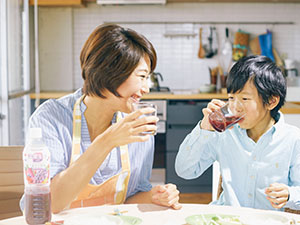 親が子どもに飲ませたい飲料としての支持が高い野菜・果実飲料は家族のコミュニケーションにも寄与する(カゴメ提供)