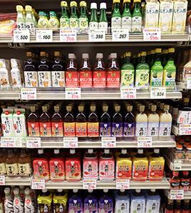 多様な食酢が並ぶ食酢売場