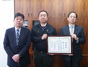 感謝状を受け取る牧野修平代表幹事(中)