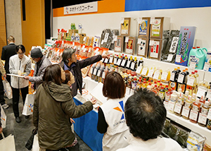 大勢の来場者が訪れ盛況。冷凍畜肉など特価商品に、ケース買いも多くみられた