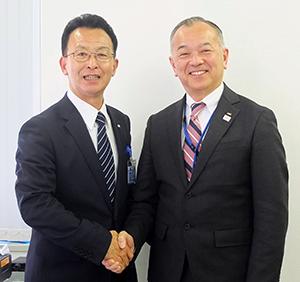 中神文明昭和物産社長(左)と松野敦エフ・エム・アイ副社長