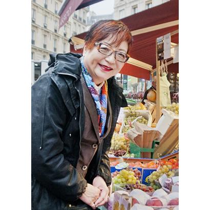 海外の市場を訪問する久保村喜代子代表