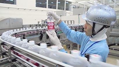 富士山工場での「ウィルキンソン タンサン」の製造ライン