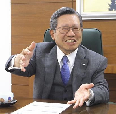 オリジナル商品を生み出す企業風土について語る花岡俊夫社長