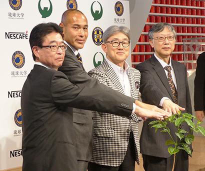 左から金城秀郎副市長、高原直泰CEO、高岡浩三社長兼CEO、和田浩二農学部長