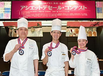 左から準優勝の藤原直也氏、優勝の市原健太郎氏、第3位の田村史奈氏