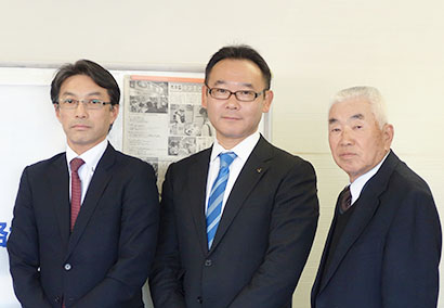 (左から)新体制の中村隆志会長、齊藤顕範副会長、岡村智顧問