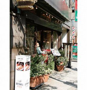 JRの高架沿いにあり、昭和の古きよき時代の面影が色濃く残る店舗。洋食メニューやパイを始めとするデザートなども充実している